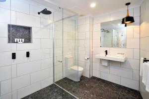 A bathroom at Hotel Grand Chancellor Townsville