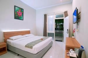 A bed or beds in a room at Riverstone Hotel & Cottage