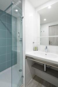 A bathroom at Opéralia Hôtel les Pins