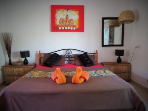 A bed or beds in a room at Kingfishers Apartments