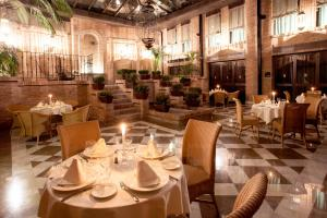 A restaurant or other place to eat at Vincci Albayzin