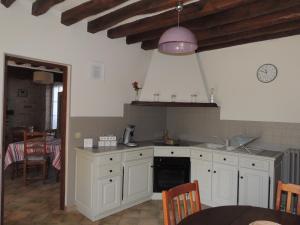 A kitchen or kitchenette at Ilot Bonheur