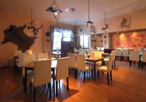 Ein Restaurant oder anderes Speiselokal in der Unterkunft Gasthof Fuchsbergklause