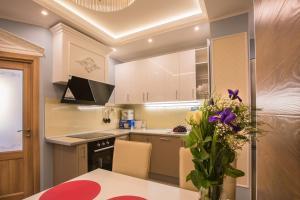 Кухня или мини-кухня в Complex Apartments near Novodevichiy