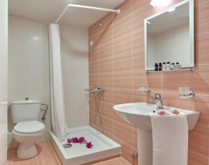 Ένα μπάνιο στο Ξενοδοχείο Αμπάτης
