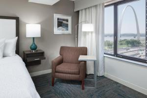A seating area at Hampton Inn St Louis- at the Arch