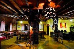 Um restaurante ou outro lugar para comer em Pousada Chalés Vale do Sol