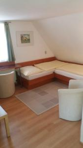Ein Sitzbereich in der Unterkunft Hotel Garni Altes Wirtshaus