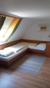 Ein Bett oder Betten in einem Zimmer der Unterkunft Hotel Garni Altes Wirtshaus
