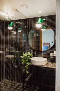 A bathroom at Hobo