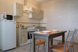 Кухня или мини-кухня в Nine Nights Apartments on Kuznetsova 8