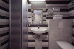 Ein Badezimmer in der Unterkunft Strand Spa & Conference Hotel