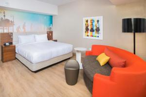A bed or beds in a room at Courtyard by Marriott Santa Monica