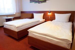 Łóżko lub łóżka w pokoju w obiekcie Hotel Podróżnik