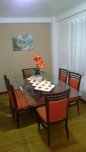 Um restaurante ou outro lugar para comer em Residência Mengue