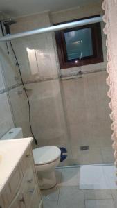 Um banheiro em Residência Mengue