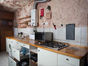 A kitchen or kitchenette at Ali's Underground