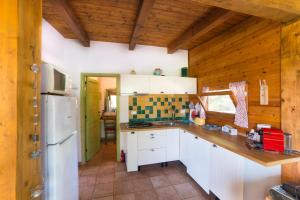 A kitchen or kitchenette at Chalet Mimosa