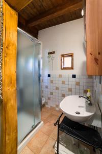 A bathroom at Chalet Mimosa