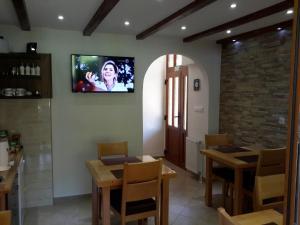 Una televisión o centro de entretenimiento en Lake House