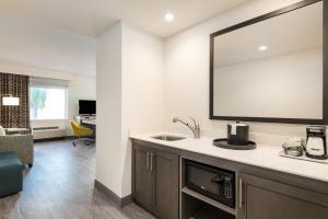 A kitchen or kitchenette at Hampton Inn & Suites Miami Wynwood Design District, FL