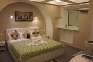 A bed or beds in a room at Hotel Sofi