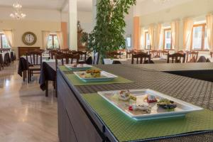 A restaurant or other place to eat at Hotel Brancamaria con minicrociera nel Golfo
