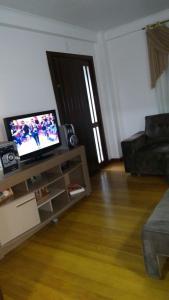 Uma TV ou centro de entretenimento em Residência Mengue