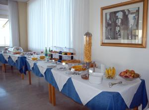 A restaurant or other place to eat at Albergo La Sirenella