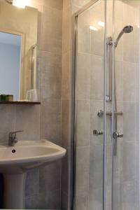 A bathroom at Hotel de la Place