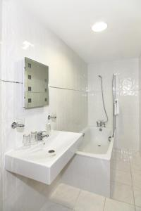 A bathroom at Russell Court Hotel