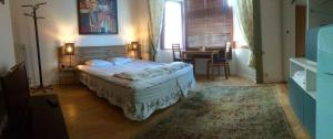 A bed or beds in a room at Appart-hôtel Maison de la Lune - petite Auberge d'Etterbeek