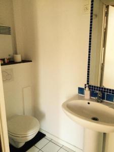A bathroom at Appart-hôtel Maison de la Lune - petite Auberge d'Etterbeek