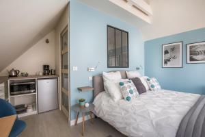 A bed or beds in a room at Chambre d'hôtes La Bourdonnaise