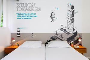 Een bed of bedden in een kamer bij Stayokay Hostel Haarlem
