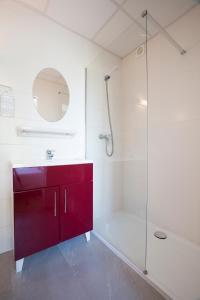 A bathroom at Le Grand Large Bord de Mer Hotel & Appartements