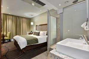 A bathroom at Protea Hotel by Marriott Clarens