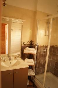 A bathroom at Hôtel La Fiancée du Pirate