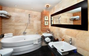 A bathroom at Hotel Boutique Maribel (Adult Only)