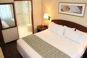 A bed or beds in a room at Los Tallanes Hotel & Apart