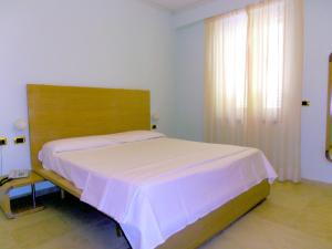 A bed or beds in a room at Hotel Villa Carolina
