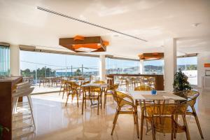 Un restaurante o sitio para comer en THB Naeco Ibiza - Adults Only