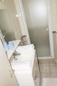 A bathroom at Hôtel de l'Ariana