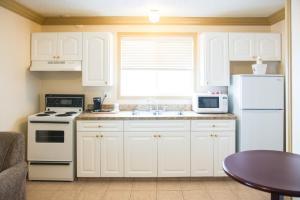 Кухня или мини-кухня в Days Inn by Wyndham High Level