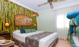 Een bed of bedden in een kamer bij Diverhotel Dino Marbella