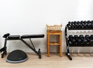 The fitness centre and/or fitness facilities at Boro Hotel