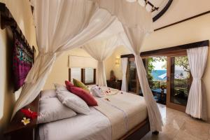A bed or beds in a room at Blue Moon Villas Resort