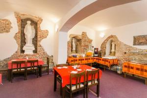 Ein Restaurant oder anderes Speiselokal in der Unterkunft Hotel U Sládků