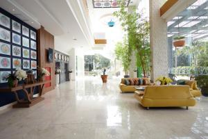 The lobby or reception area at ibis Styles Cikarang
