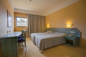Łóżko lub łóżka w pokoju w obiekcie SBH Costa Calma Beach Resort Hotel